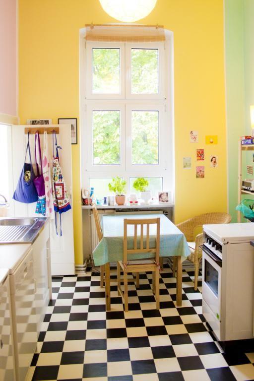 Farbenfroh Leuchtende Kucheneinrichtung Mit Schwarz Weiss