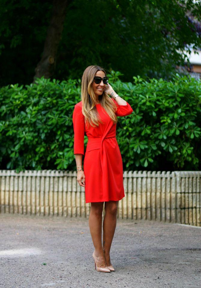 CON DOS TACONES: LADY IN RED