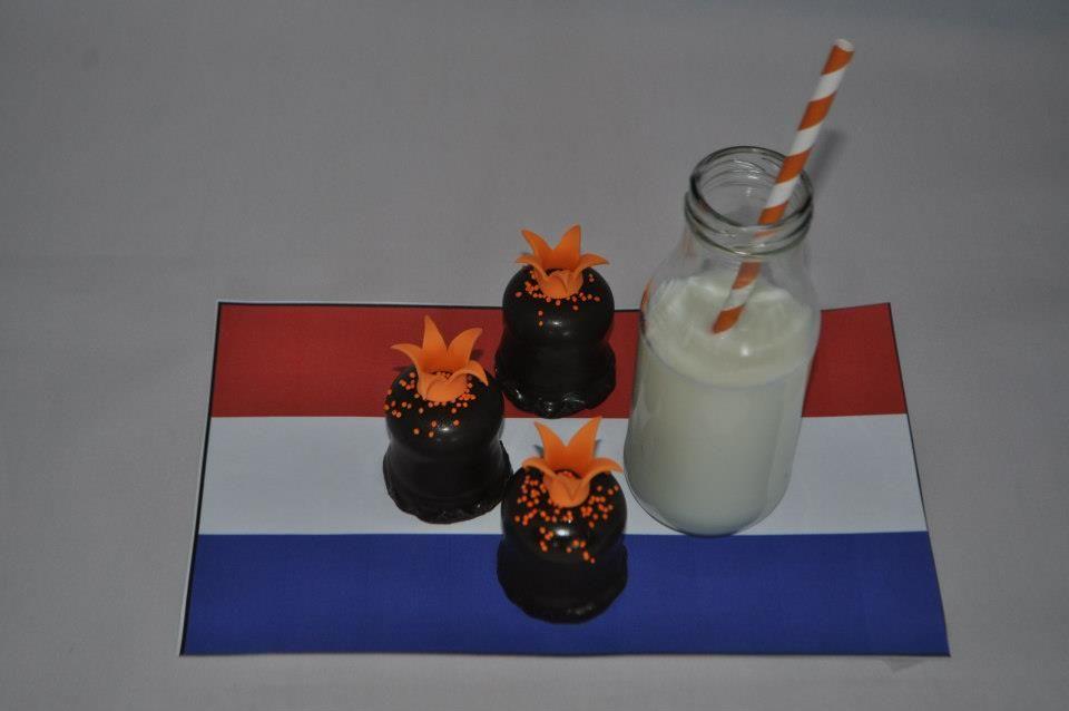 Koninklijke zoenen: zoen met oranje sprinkels (eerst glaze spray erop) en een handgemaakt kroontje.