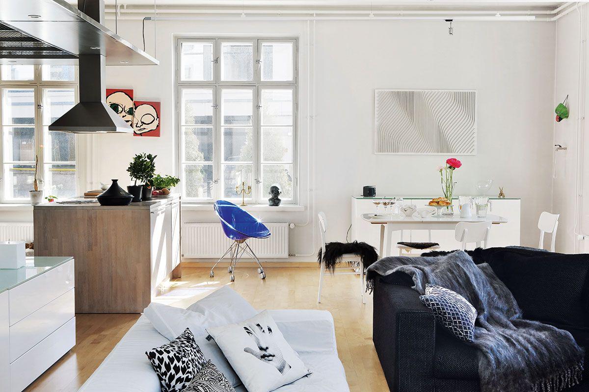 Asunnossa on paljon selkeitä pintoja ja isoja ikkunoita. Metalliset…