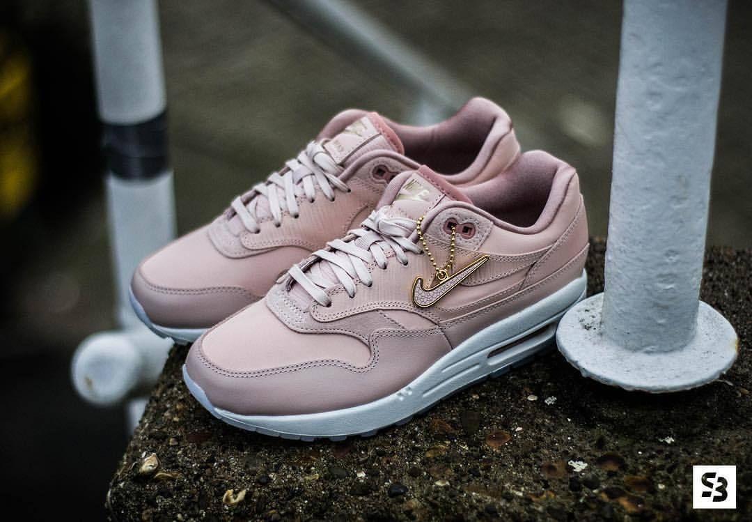 Sneakers Women's Fashion : Nike Air Max 90 Premium Pre