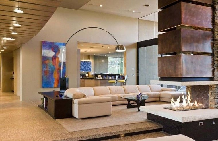 Sofá Muy Grande Y Chimenea En El Salón Moderno