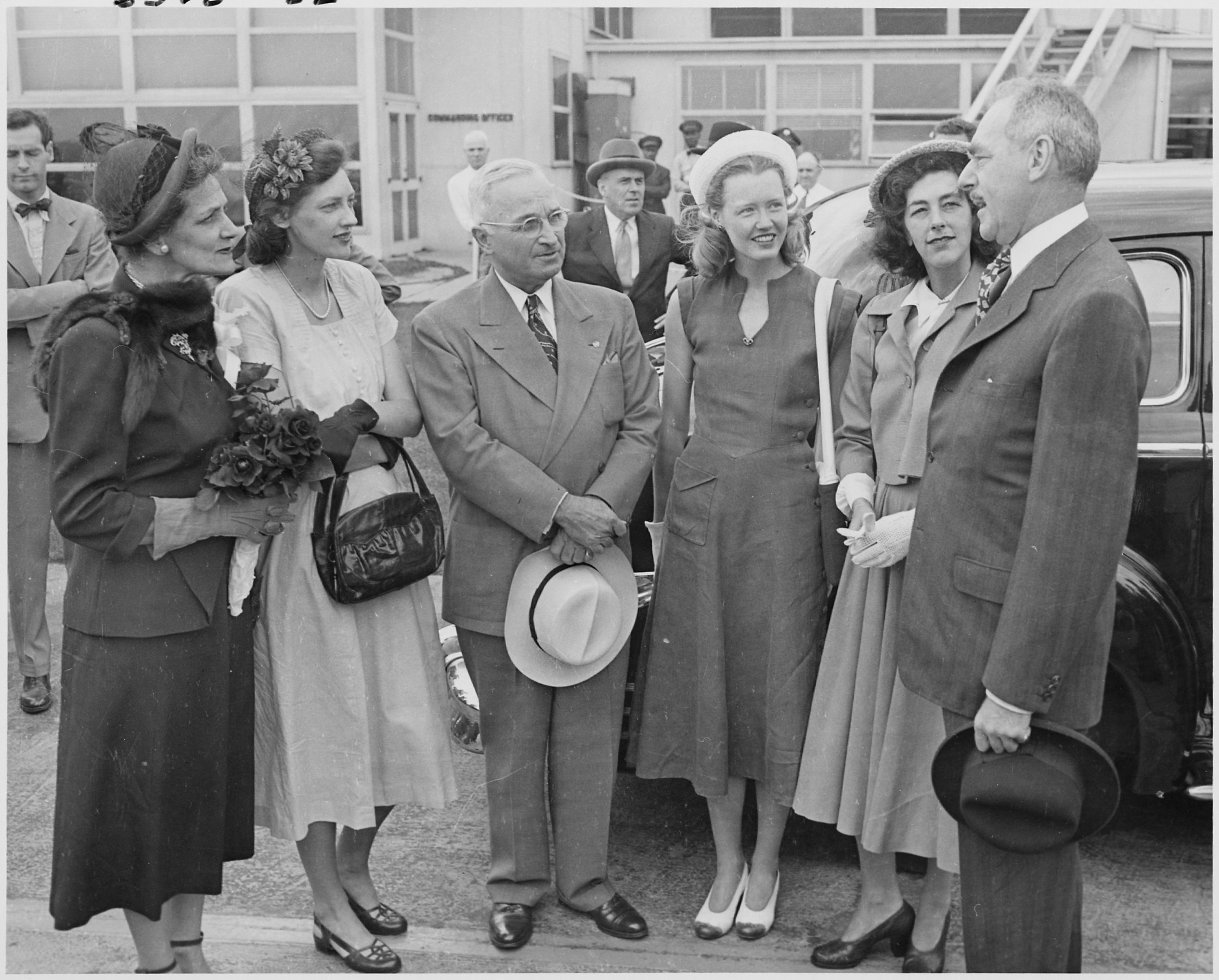 Photograph_of_President_Truman_with_Secretary_of_State_Dean_Acheson_and_members_of_his_family,_at_the_airport_in..._-_NARA_-_200116.jpg (JPEG Image, 3000×2413 pixels) - Scaled (26%)