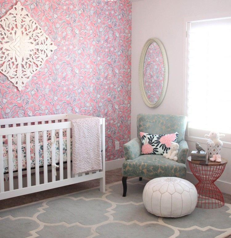 Rosa Tapete Und Weißes Babybett   Teppich Und Sessel In Mintgrün