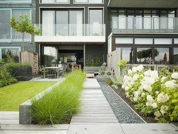 Buytengewoon strakke achtertuin in moderne nieuwbouw