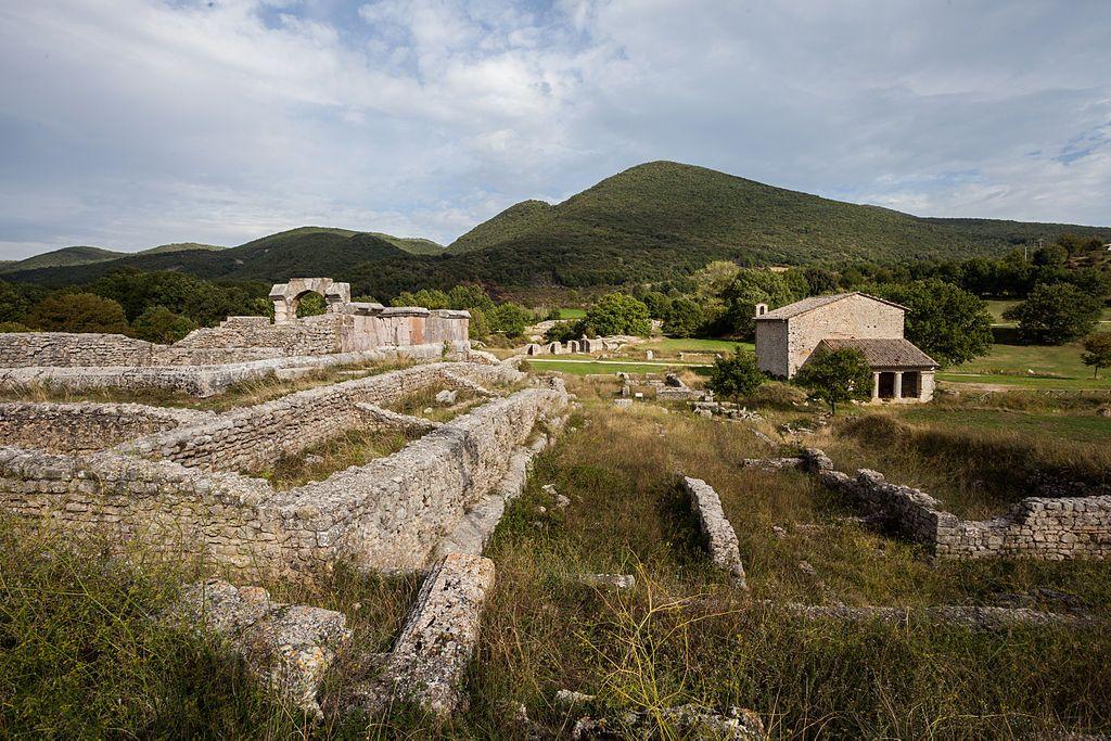 Fondata intorno al 220 a.C. Carsulae si trova a 500 m s.l.m in una zona tra Terni e San Gemini, attraversata da Nord a Sud dalla Via Flaminia.
