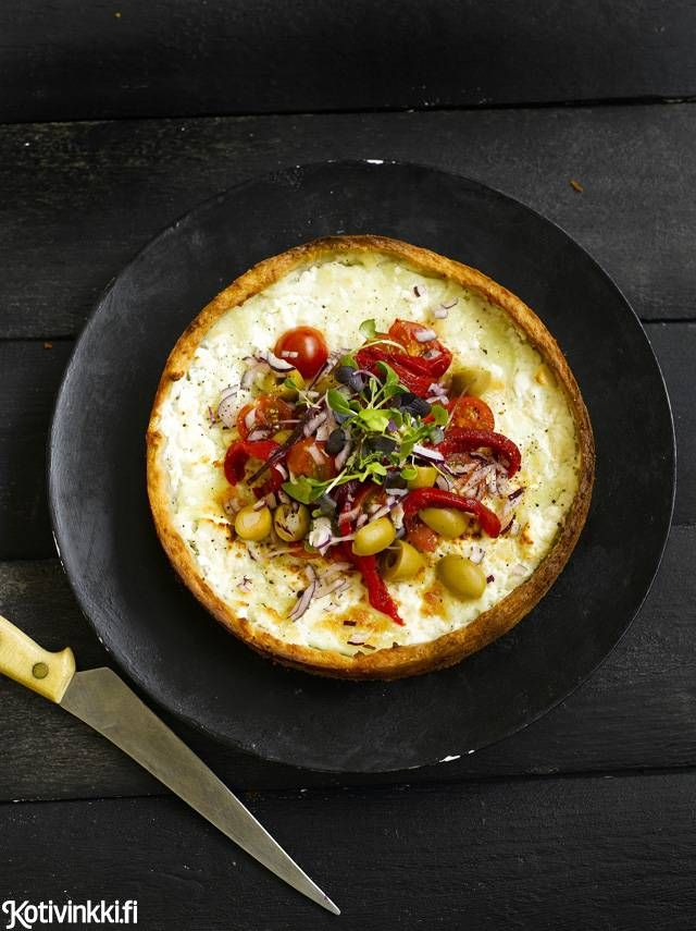 Herkullinen fetapiirakka syntyy pikana pakastetaikinasta. Suolainen juusto saa seurakseen kirsikkatomaatteja, paprikaa, oliiveja ja rucolaa.
