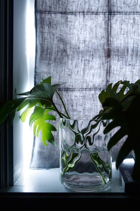 un rideau anti bruit bleu fonc accroch devant la fen tre. Black Bedroom Furniture Sets. Home Design Ideas