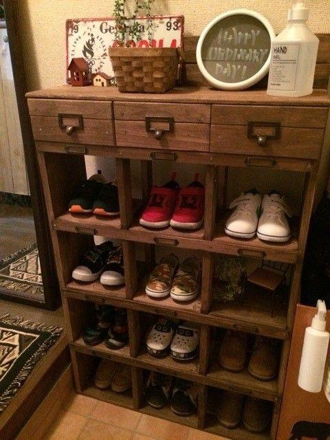 c1c3c8a8bb 増えてきた息子の靴を収納するため、 下駄箱風の靴箱をDIYしました( ˊᵕˋ* ) 賃貸の狭い玄関でもすっきり♡  息子もどこに片付けるのか、どの靴がどこにあるのか分かり ...
