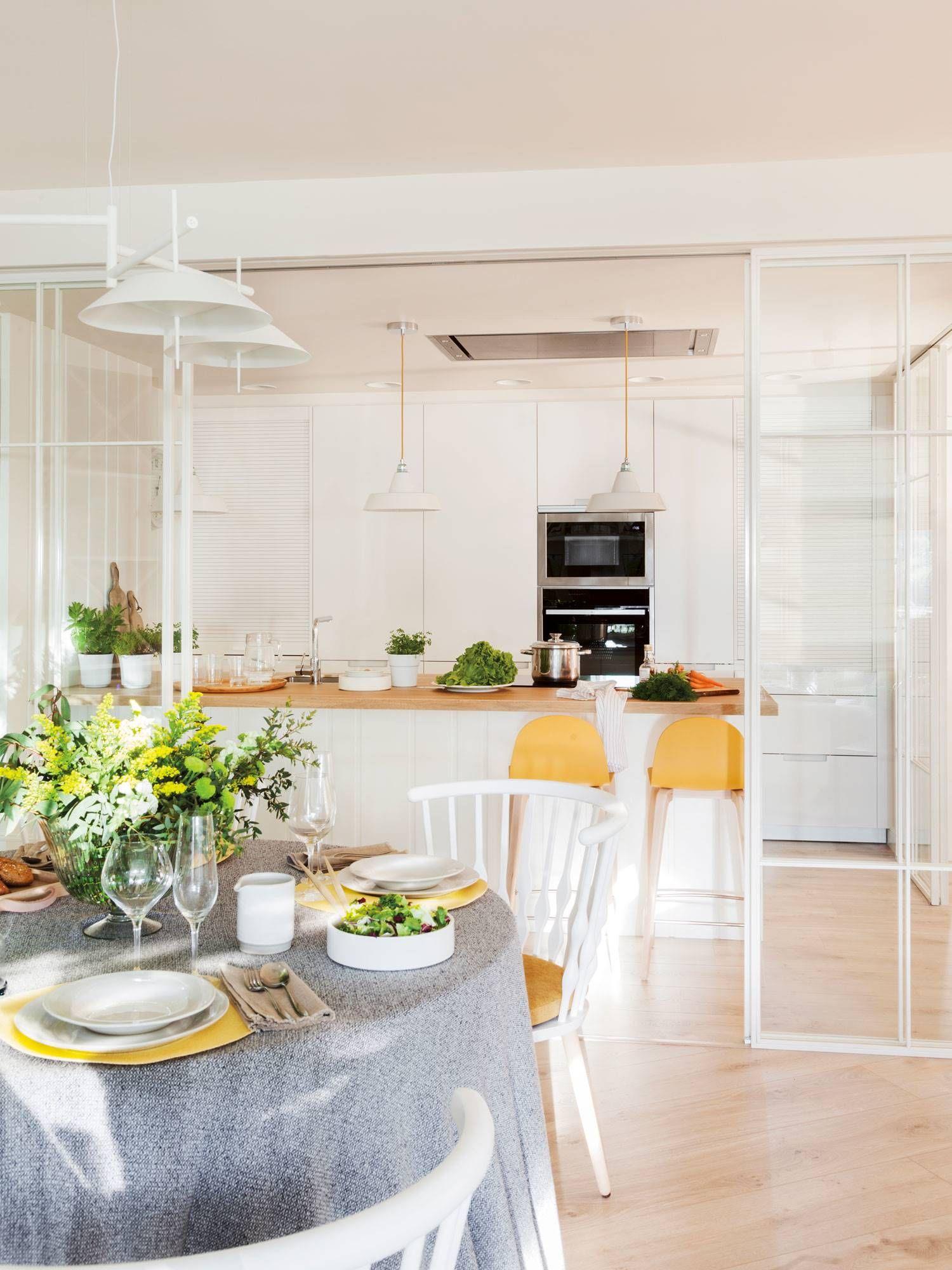 Muebles que delimitan | Cosas de Casa | Round dining table, Kitchen ...