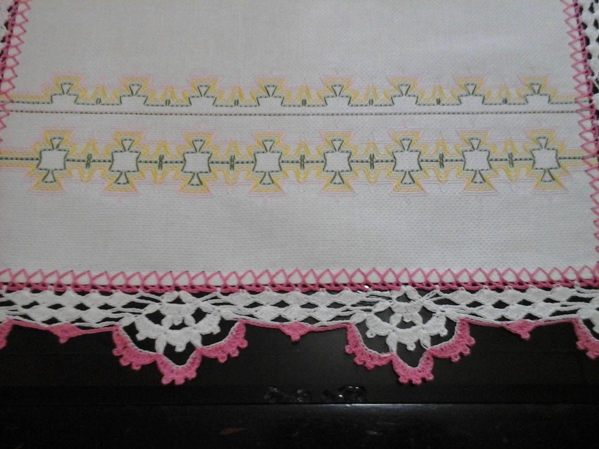 Pano de prato bordado em vagonite nas cores rosa, amarelo, verde e verde claro, finalizado com bico de croche branco e rosa.Prazo para confecçâo de 10 dias. Pode ser feito na cor desejada. Pode ser usado como toalhinha para fogão, umicroondas.