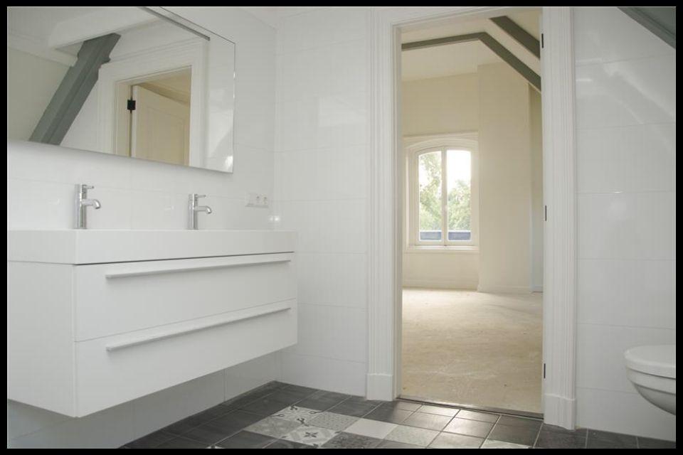 Vintage badkamermeubel ~ Badkamer met onderhoudsvrije keramische patroontegel vintage