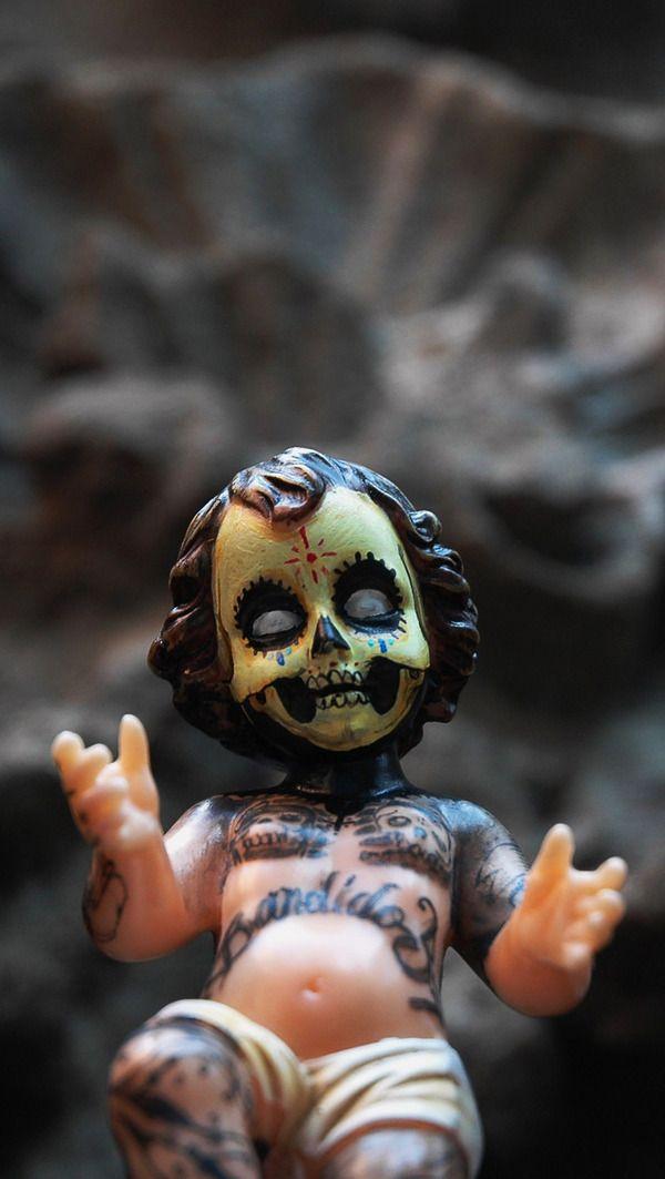 Criaturas de asfalto  México, D.F.   Por Eliane Durand  Con estudios en Diseño Gráfico y Artes Plásticas, el artista multidisciplinario Dr. Befa interviene en las calles con seres fuera de este mundo. Algunos tienen cabeza de ave y cuerpo de humano, algunos con grandes ojos y afilados dientes.  Pero el arte …
