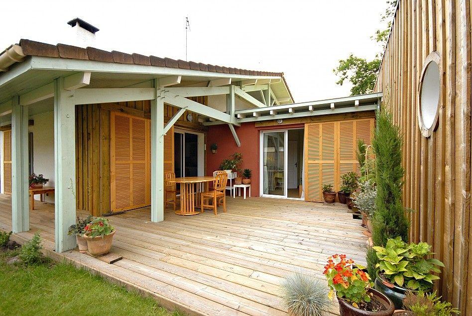 La terrasse réunit la nouvelle extension en bois et la maison - faire une extension de maison