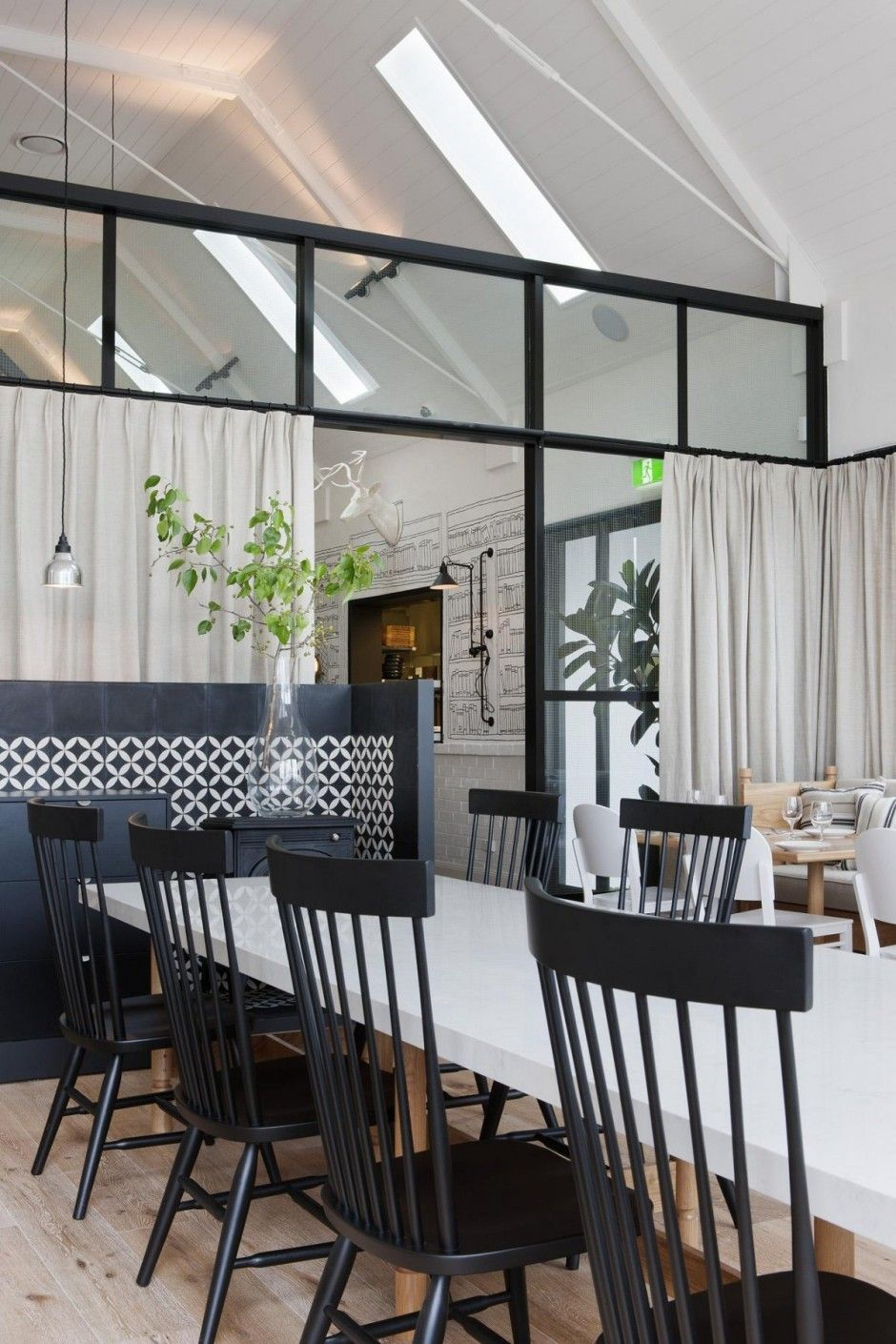 Le Restaurant Aux Mille Souvenirs En Noir Décorations Et Noir - Deco salle de restaurant pour idees de deco de cuisine
