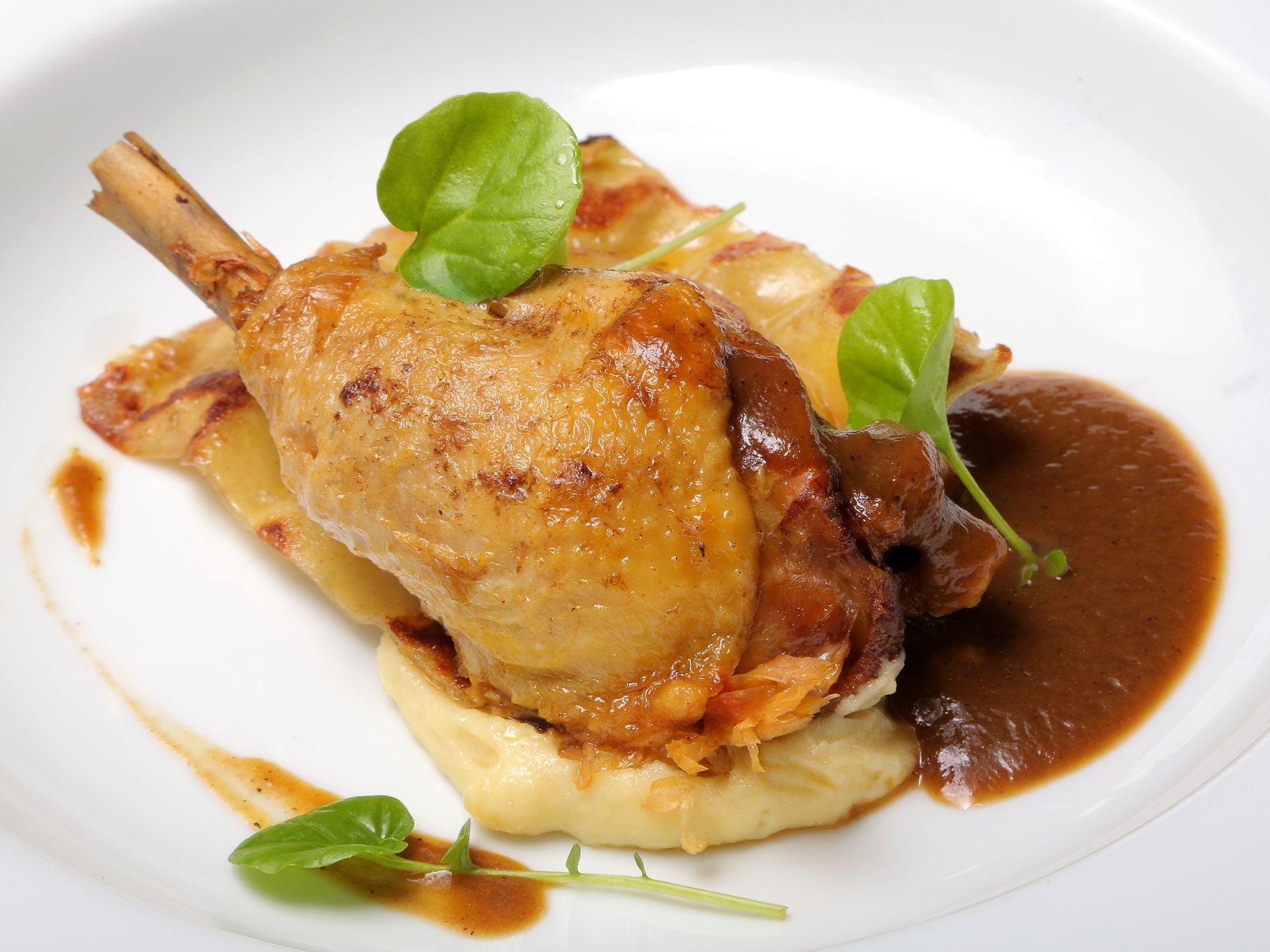 Pollo de la abuela en guiso de cebolla caramelizada y Jerez, en Molino de San Lázaro