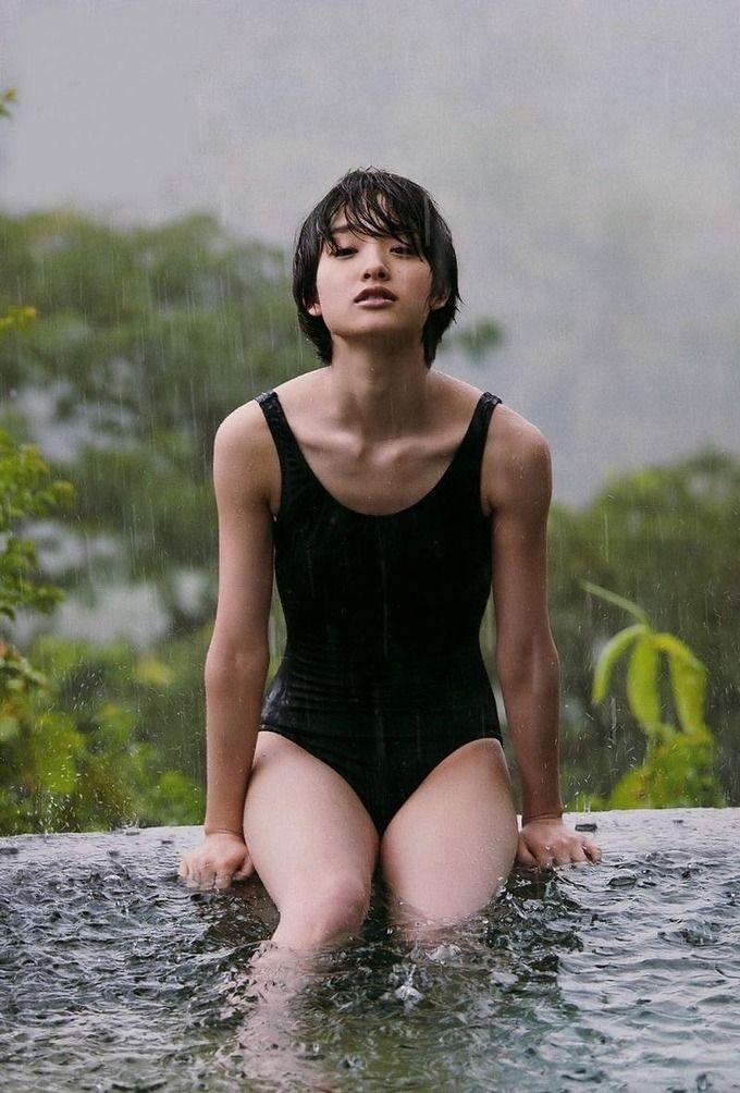 雨の中の剛力彩芽