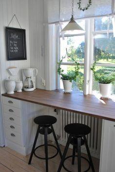 Schöne Und Kreative Idee Für Eine Hohe Fensterbank, Eine Bar Im Ländlichen  Stil Für Die