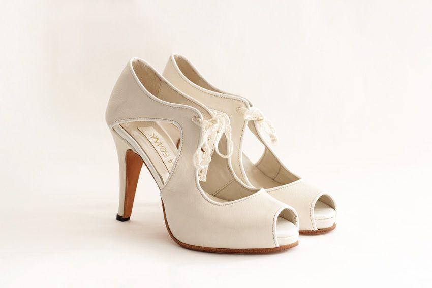 TIAMO Capellada: Color crudo origen italiano con un vivo en color blanco Forro: De piel muy suave Taco:10.5 cm Plataforma:1.3 cm de plataforma cubierta Altura real del calzado:9.2 cm (10.5 cm de taco -1.3 de plataforma) Cómoda plantilla de armado: Origen italiano Suela: De cuero Colores: Combinación a tu gusto. #shoes #bridal #wedding #design #lailafrank #white #novia #luxury #boda #casamiento #party #zapato #tacos