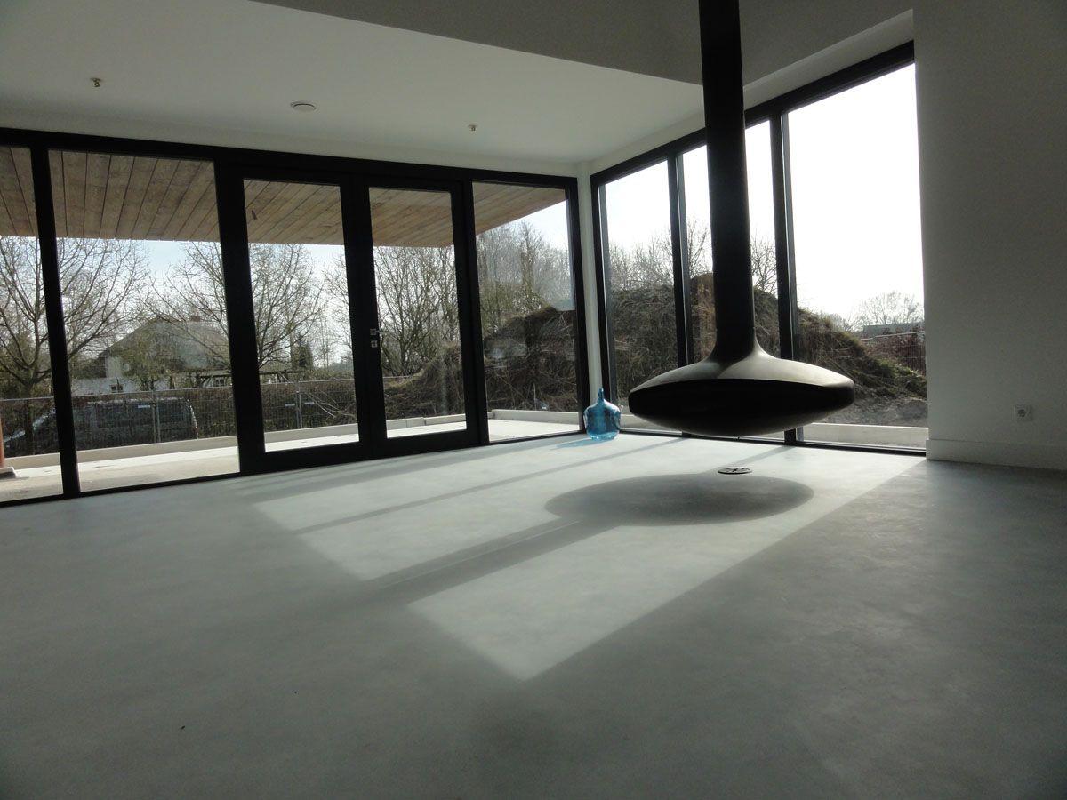 woonkamer, betonnen vloer, vrij hangende open haard FOCUS | Vloeren ...