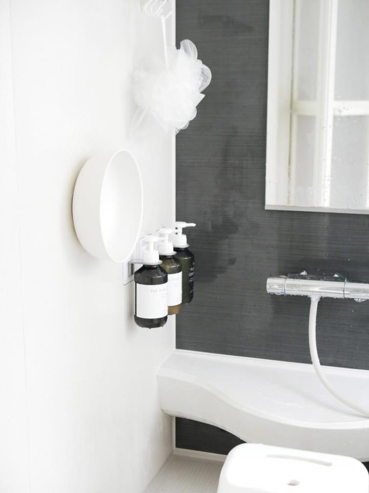 驚きの新発想 浴室の壁にくっつくホワイトの 湯おけ 浴室 壁 浴室 インテリア バスルームの整理整頓