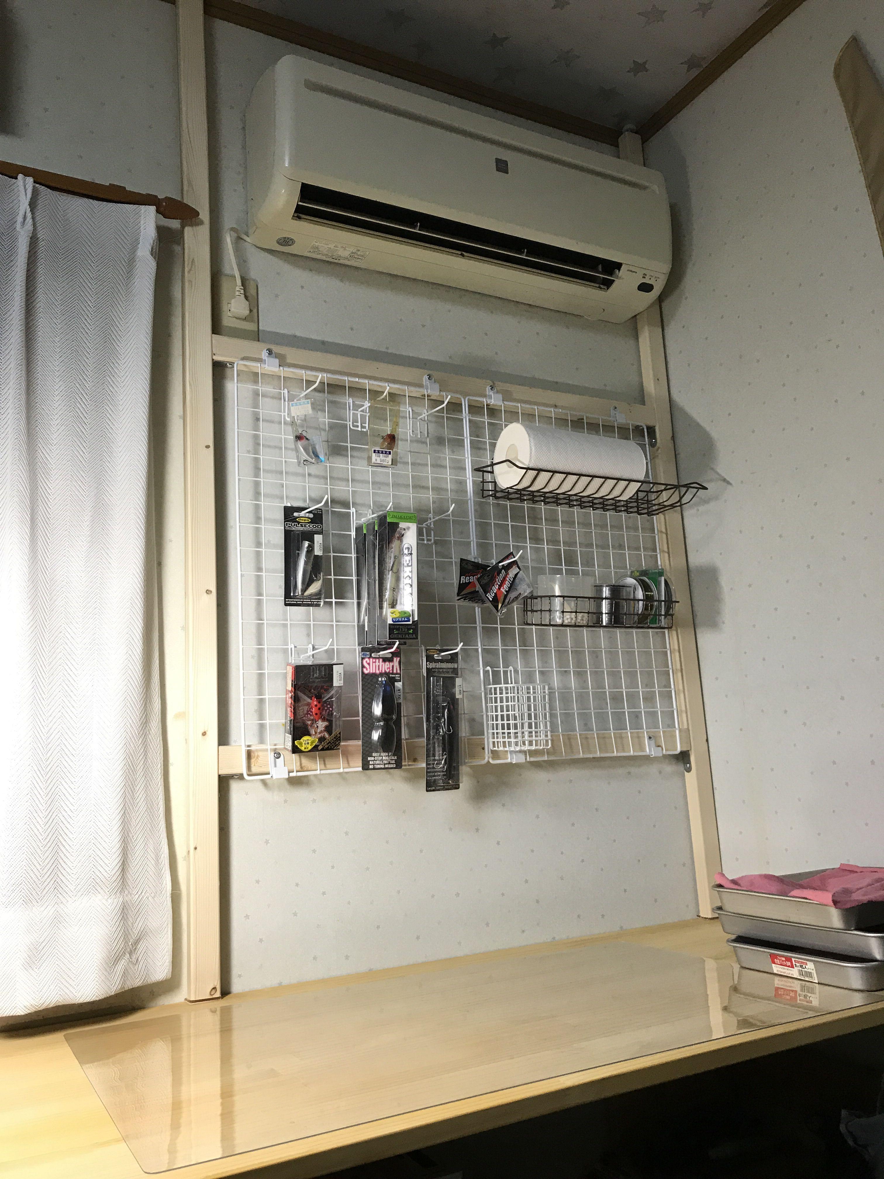 以前作った作業台にディスプレイ トレイを設置しました 机と天井でつっぱっただけですが 重いものをかけるわけでもない