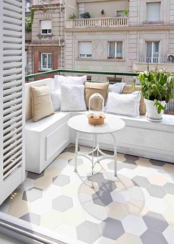 Terraza de un apartamento peque o decorado en blanco for Patios decorados