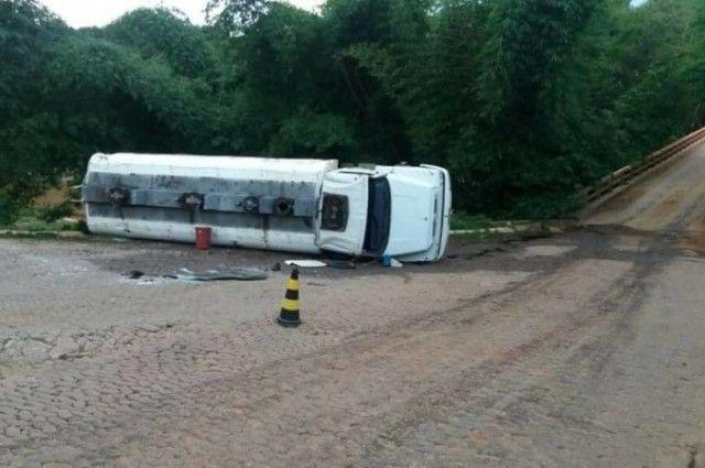 #News  Caminhão-tanque tomba em Minas Novas e moradores se arriscam para pegar combustível