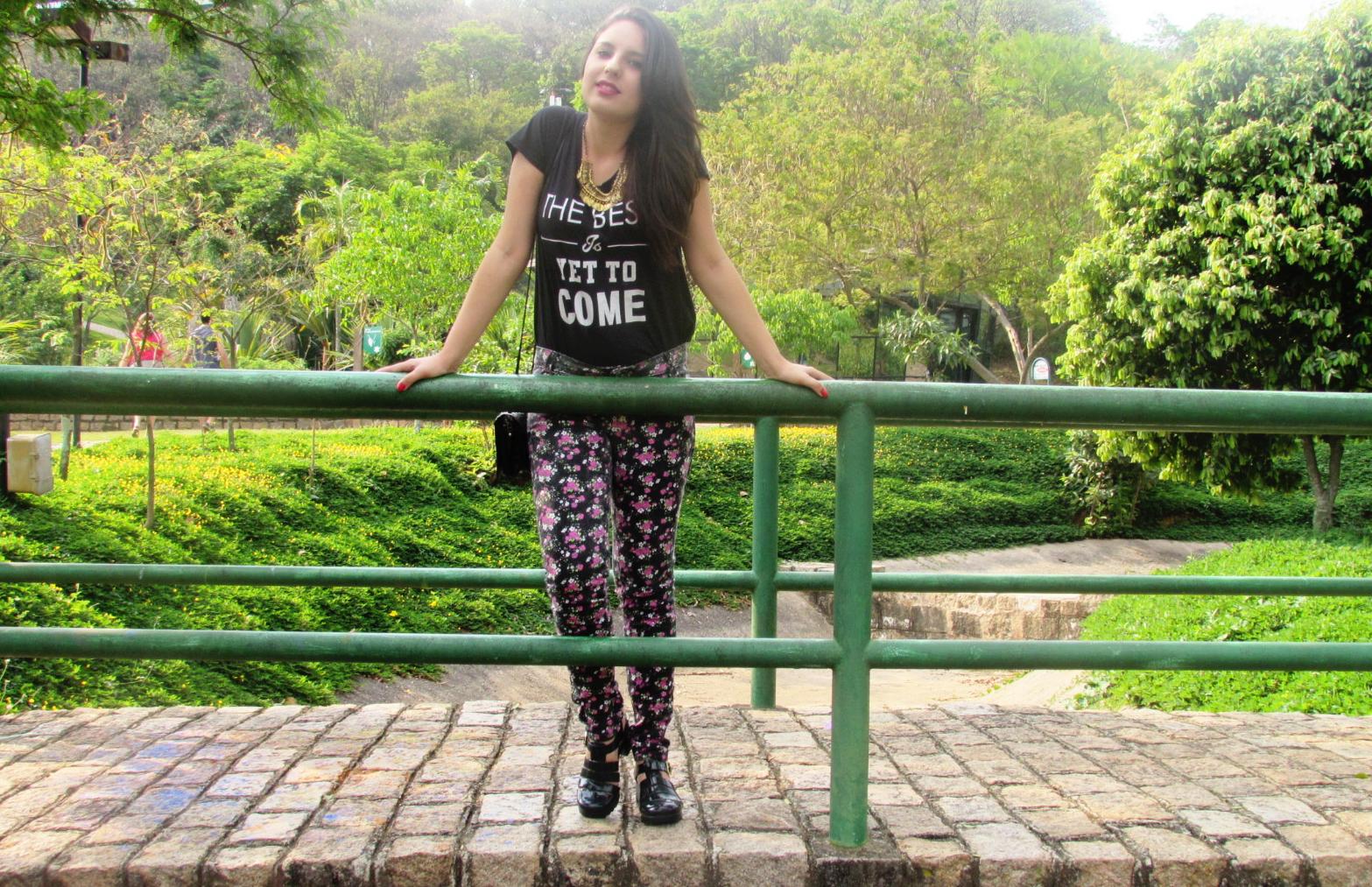 Look Calça estampada, T-shirt e Chunky Sandal Mais sobre: cubodeacucar.com