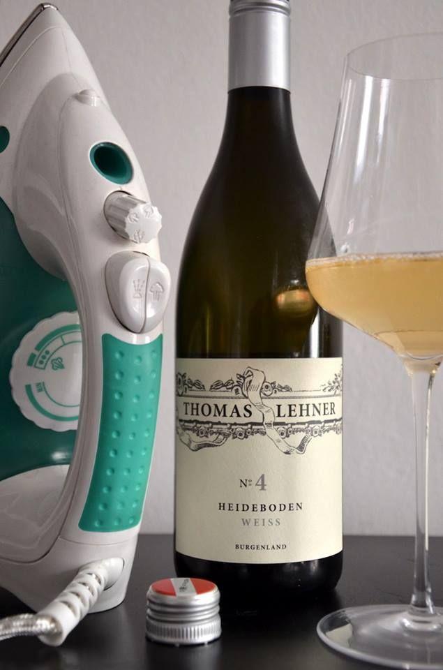 """Leo Quarda: """"Steinig, mineralisch, kalkig bis zum Anschlag und tropfende Birne am Gaumen. Füllig und trotzdem klar, weich im Mundgefühl, Ananas, reife Birnen und sogar florale Noten tummeln sich in diesem 'Schotterteich'. Ein richtig 'nackter' Chardonnay wie man ihn suchen muss."""""""