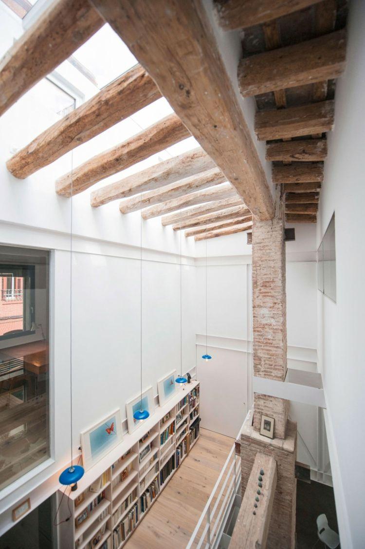 Interieur mit rustikalen Akzenten in einem modernen Loft ...