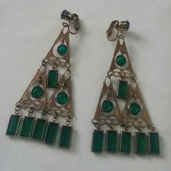 ?? Esmerelda Dangle Clip ons ?? More gypsy treasure ?? completed with beautiful detailing, and emerald rhinestones. In stunning condition, gently worn. ?? Not signed, not sure who they're made by. Need a new home! ?? Vintage Jewelry Earrings