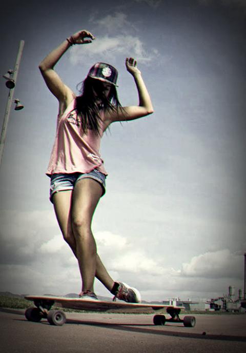 9ba85d487 Garota andar de skate continua feminina