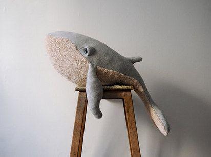 Esta ballena jorobada de peluche para que puedan abrazar al dormirse. | 26 regalos para toda persona que está pasando por una difícil ruptura.