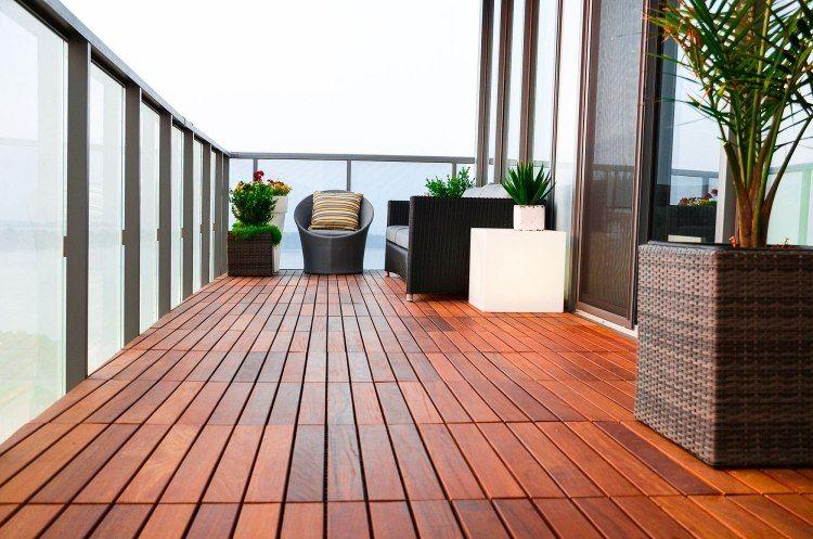 länglicher balkon mit glasgeländer und pflanzenkübel aus, Moderne