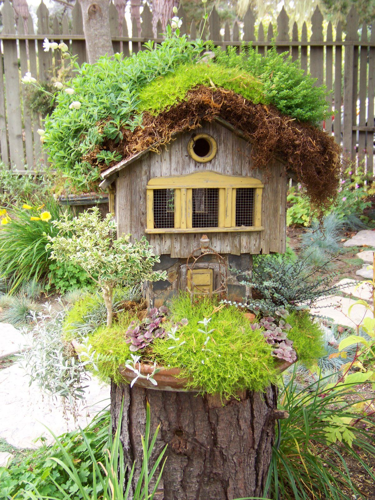 выполнить предложенную декоративные домики для сада фото это