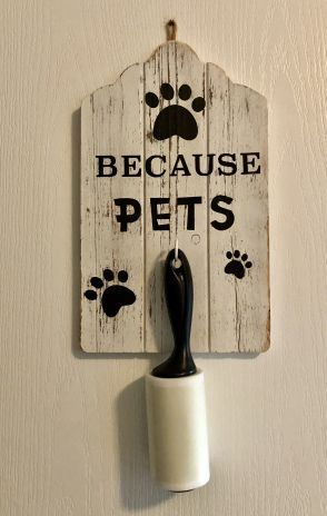 """Photo of DIY: Make a """"Pet Sign"""" to hold your lint roller"""