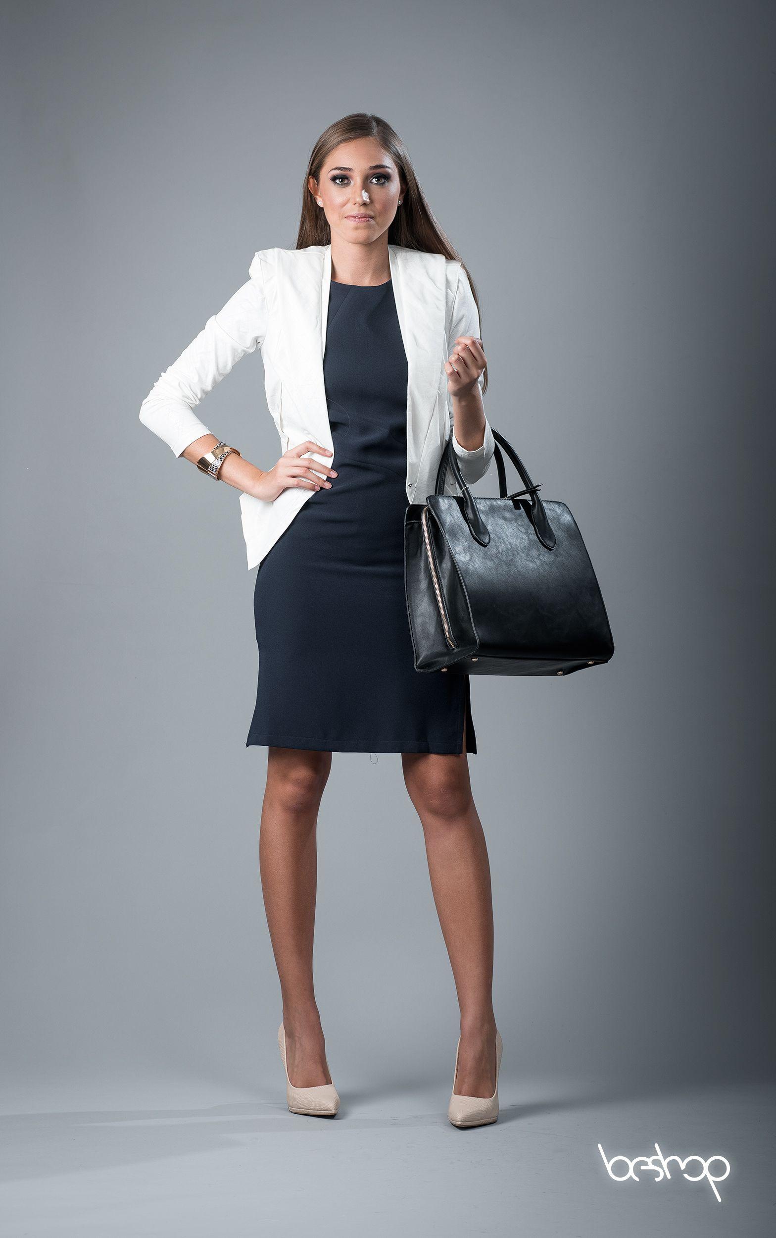 Vestido azul y saco blanco