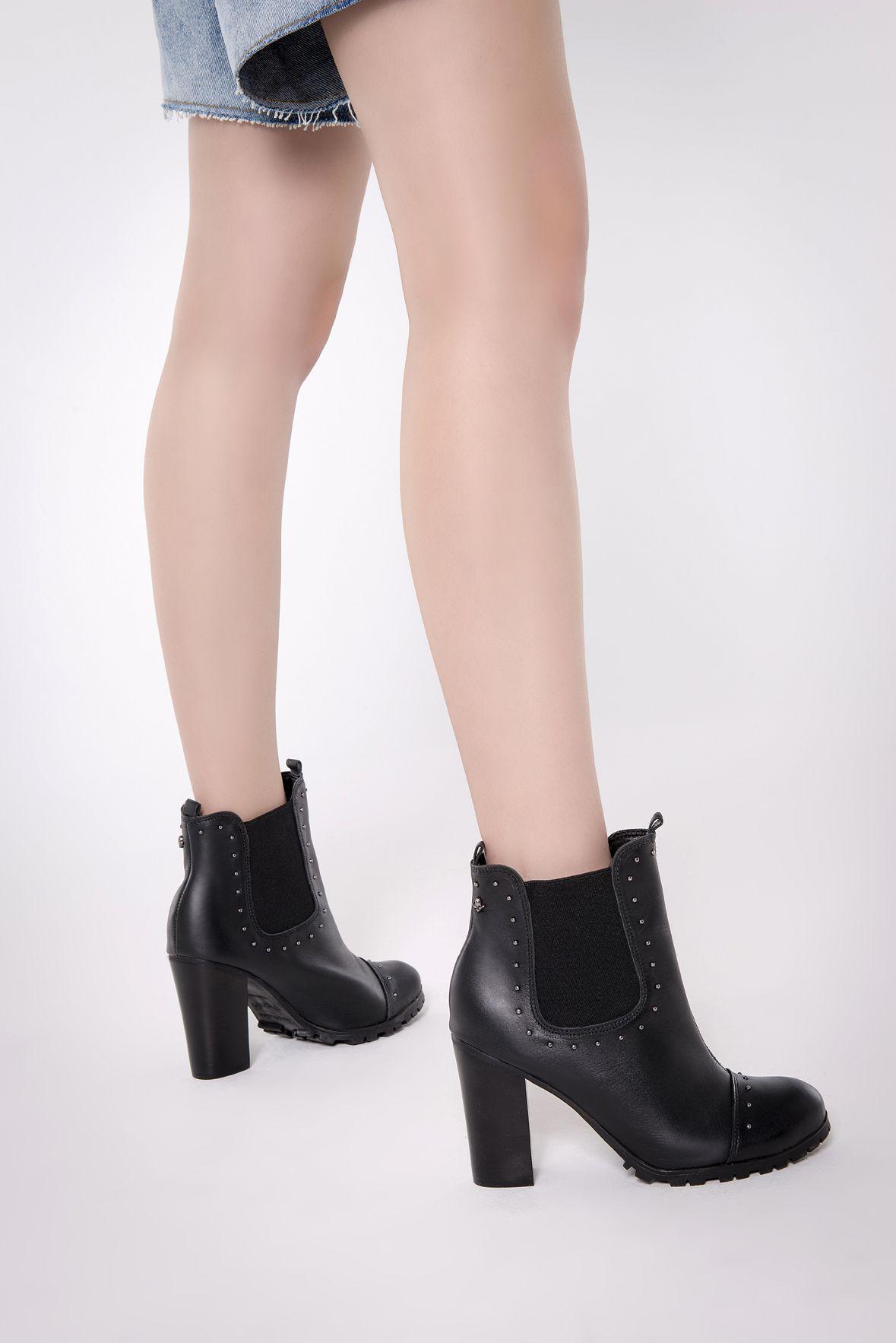 8f999158b Bota de salto alto na cor preta, com estilo chelsea e solado tratorado.  Ankle