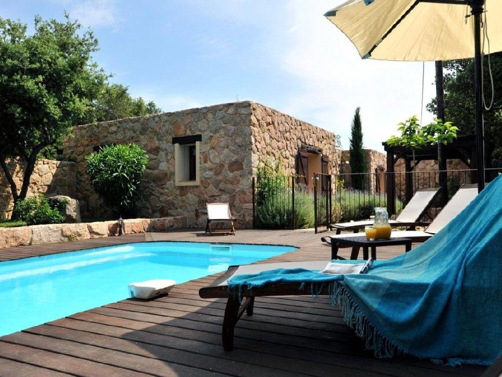 farniente au bord de la piscine dans cette maison porto. Black Bedroom Furniture Sets. Home Design Ideas