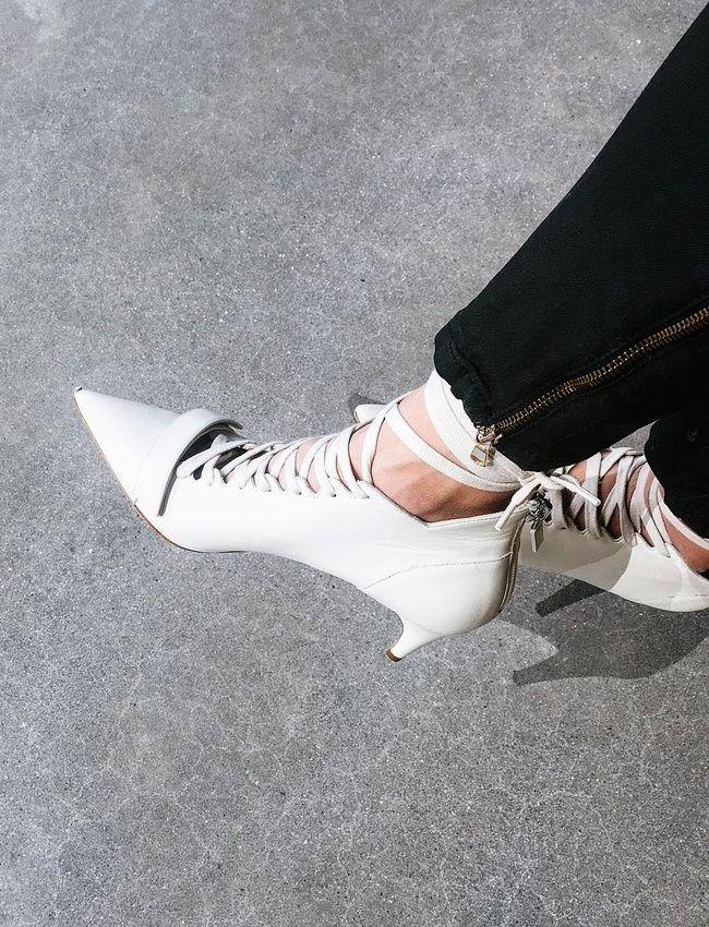 Escarpins et lacets continuent de faire bon ménage (instagram WeWoreWhat)