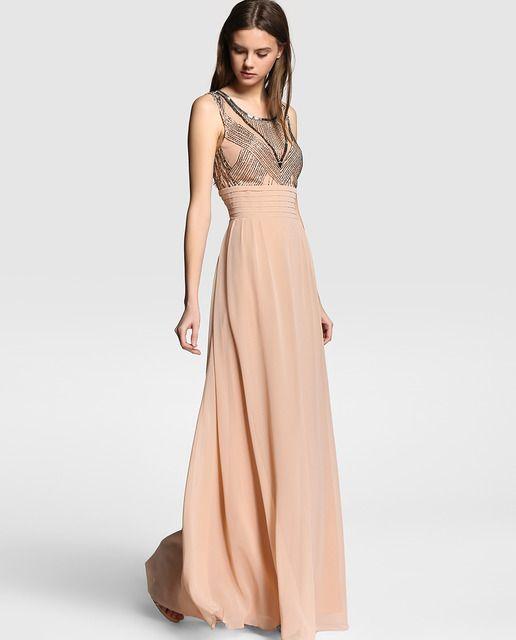 3838b3ba42 Vestido largo en color nude con bordado de strass en el cuerpo. Sin mangas,  con escote de pico y detalle de jaretas en la cintura.