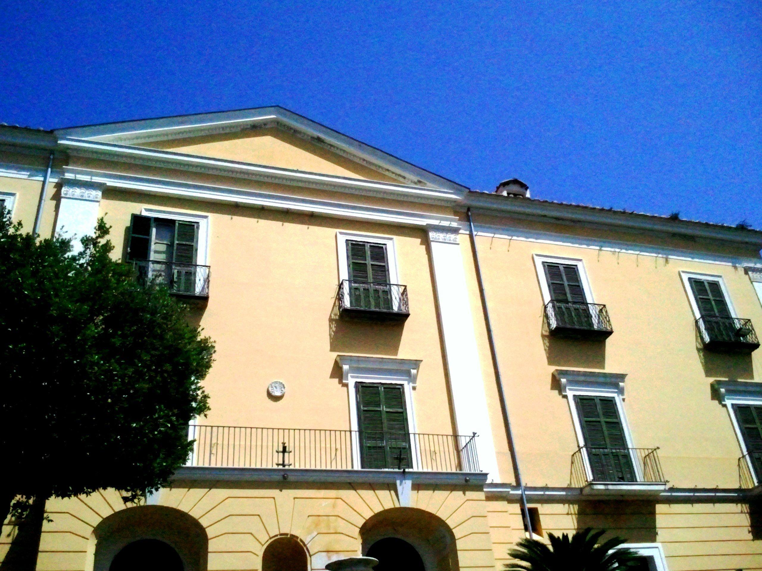 Fontana decorata a maioliche   vietri   #vietri #italia ...