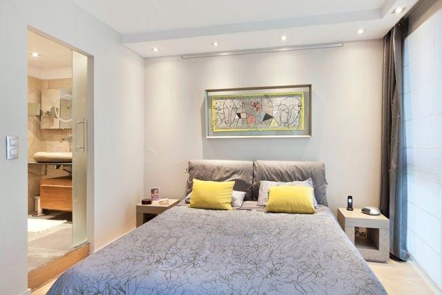 La chambre parentale un joli duo gris et jaune un duplex chic et moderne aux notes acidul es - Chambre parentale grise ...