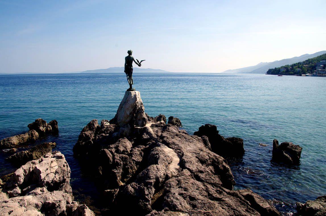 Opatija ( liegt ebenfalls auf der Halbinsel Istrien und ist als Seebad und ältester Fremdenverkehrsort Kroatiens bekannt. Mit seinen knapp 12´000 Einwohnern ist auch dieses Städtchen sehr überschau...