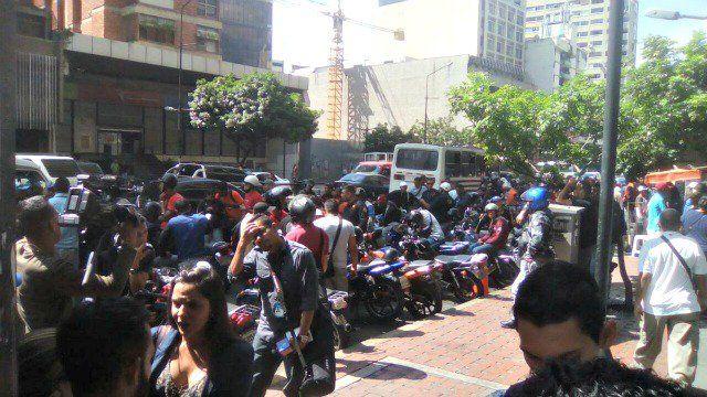 Oficialistas y GNB permanecen a las afueras del Ministerio de Transporte - http://www.notiexpresscolor.com/2016/11/14/oficialistas-y-gnb-permanecen-a-las-afueras-del-ministerio-de-transporte/