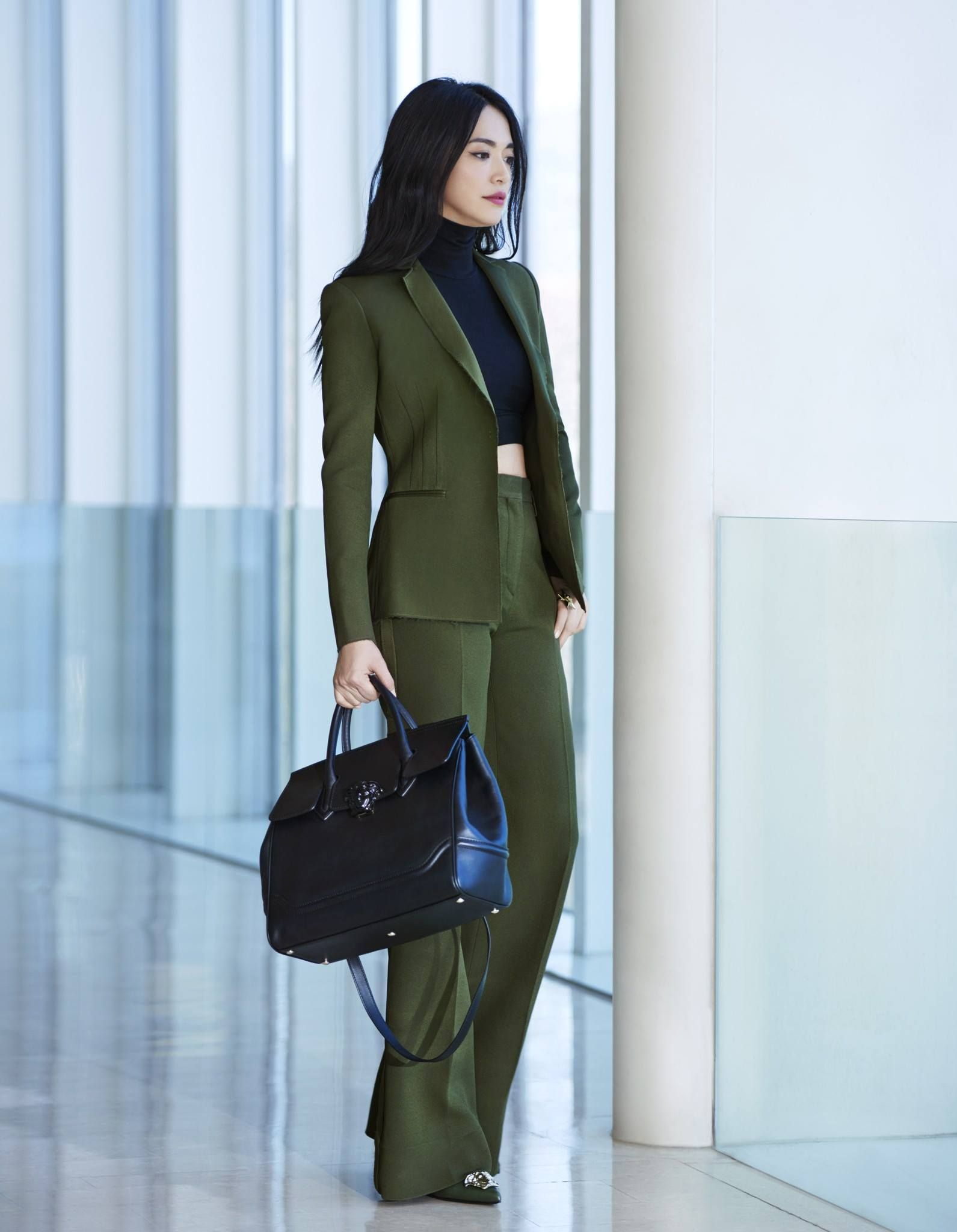 f559e299c30 Actress Yao Chen gives a twist on Monday s power dressing with a  Versace  SS16 green suit paired with the unmistakable allure of the   VersacePalazzoEmpire ...