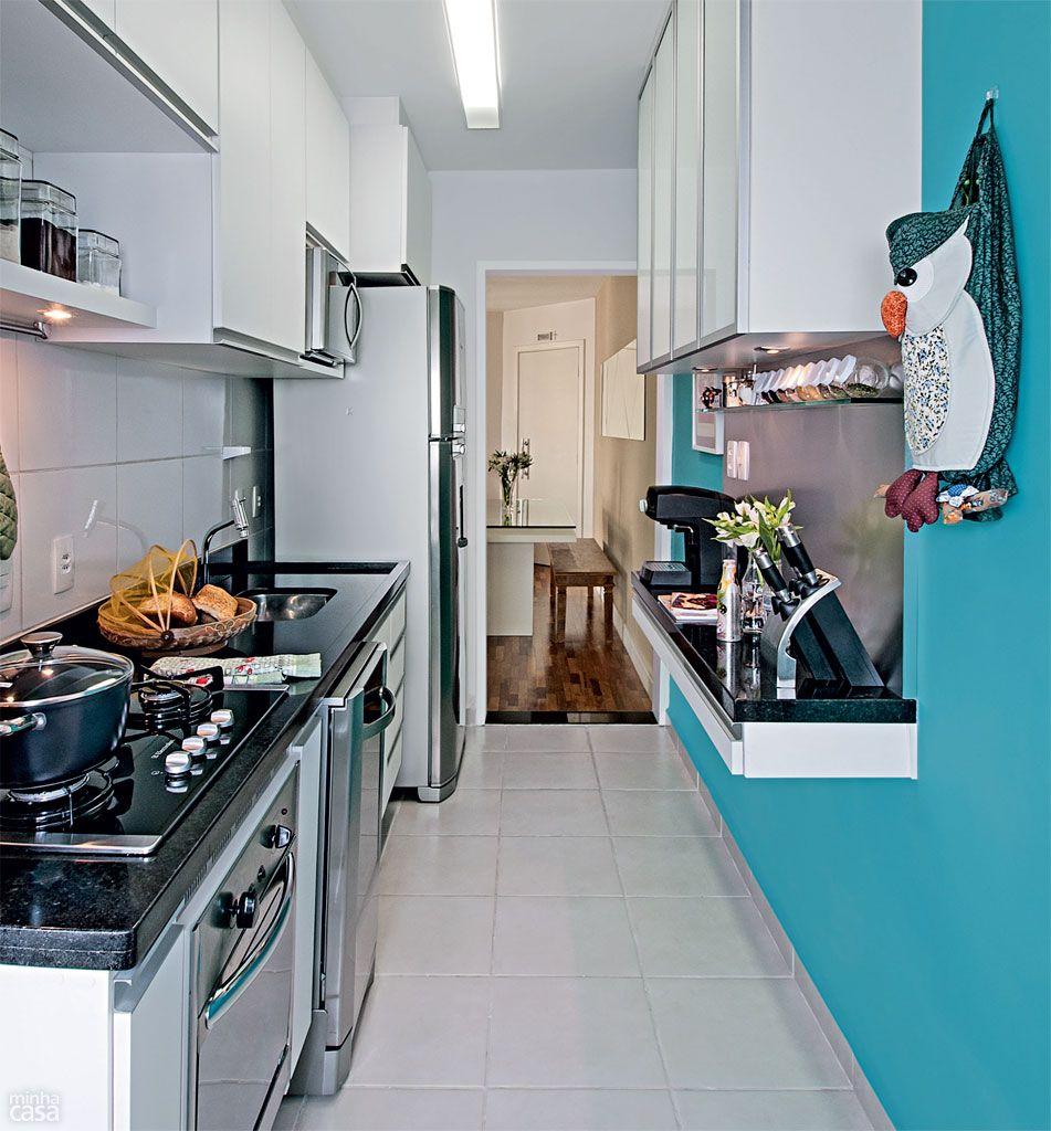 Cozinha em estilo corredor tem paredes azuis for Cocinas para apartamentos pequenos