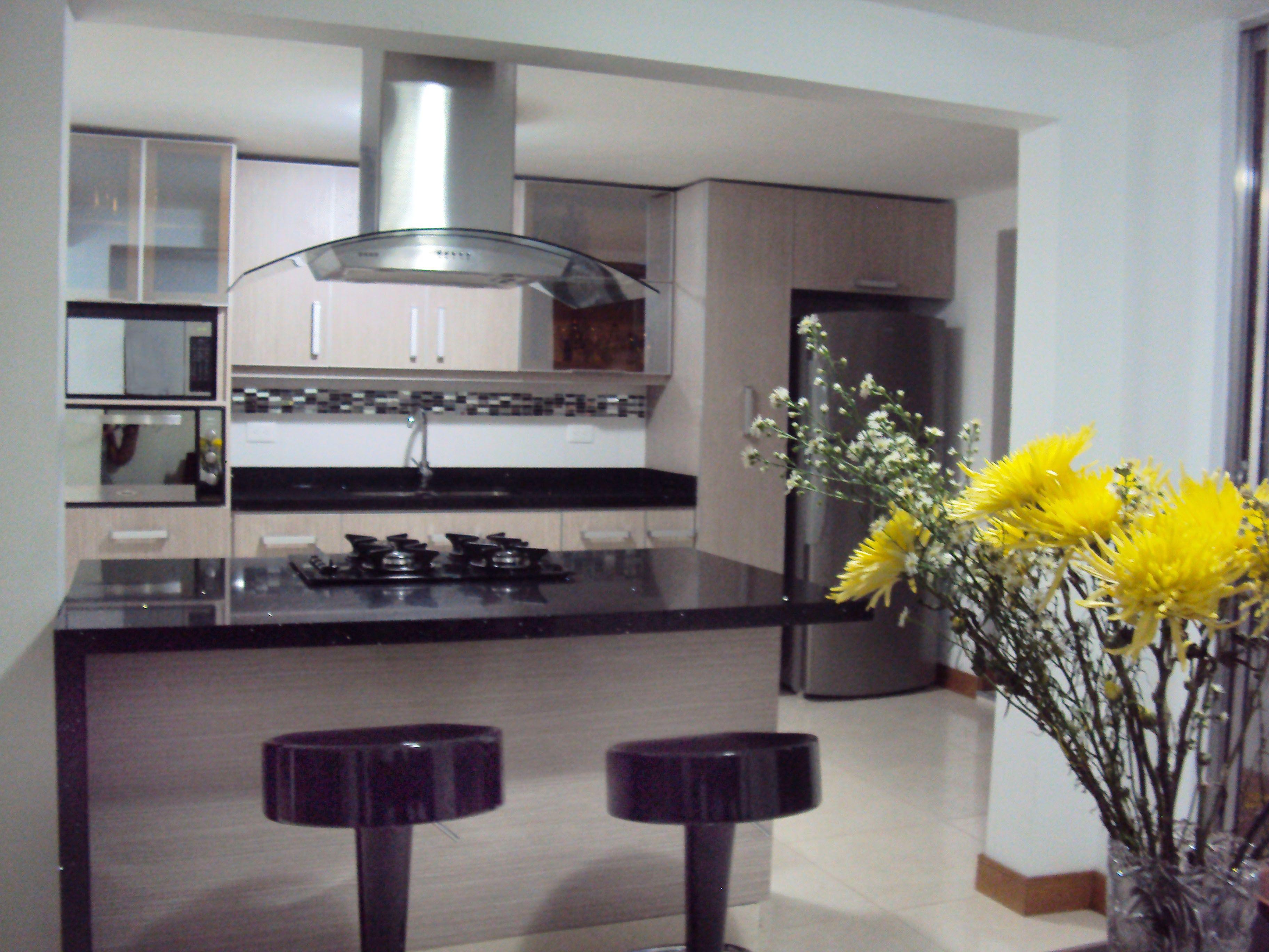 Cocina color serena, meson negro stelar con Isla. | muebles de ...