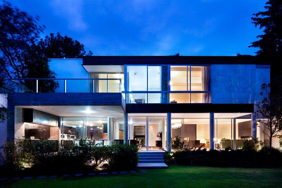 Fachada interior de casa con ventanales.